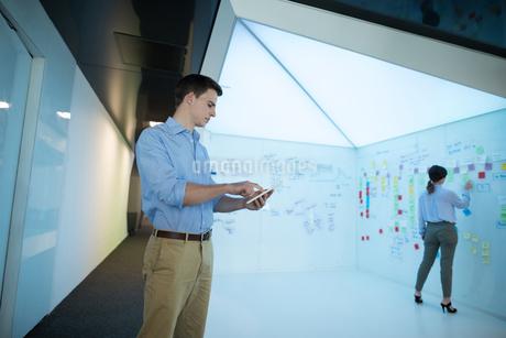 Male executive using digital tabletの写真素材 [FYI02240722]