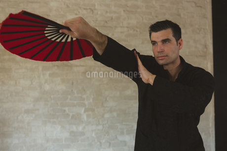 Man practicing with kung fu fanの写真素材 [FYI02240754]