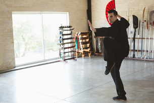 Man practicing with kung fu fanの写真素材 [FYI02240767]