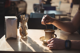 Man stirring coffee with spoonの写真素材 [FYI02240800]