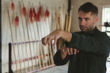 Kung fu fighter practicing martial artsの写真素材 [FYI02240814]