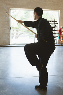 Kung fu fighter practicing with long poleの写真素材 [FYI02240827]