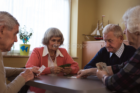 Senior friends playing cardsの写真素材 [FYI02240835]