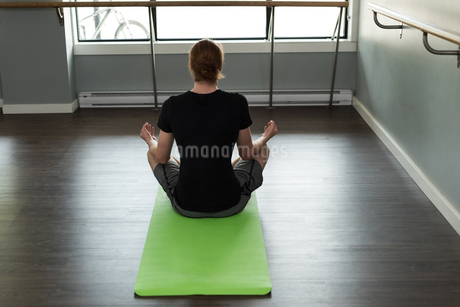 Rear view of man practicing yogaの写真素材 [FYI02240836]