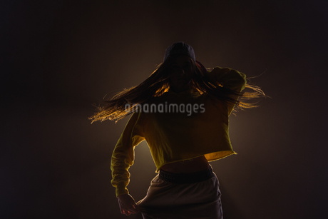 Young woman dancing in the studioの写真素材 [FYI02240844]