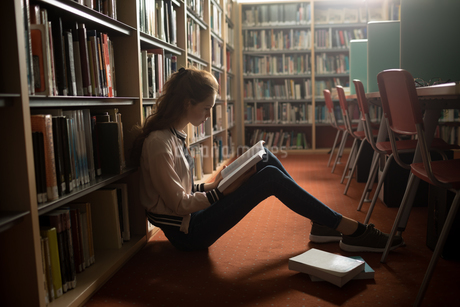 Woman reading book in library roomの写真素材 [FYI02240868]
