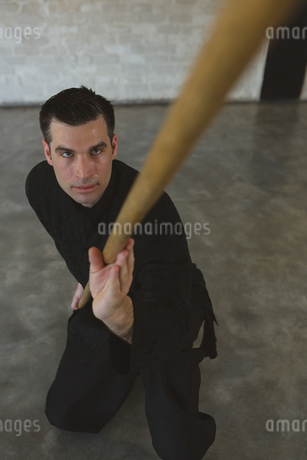Kung fu fighter practicing with long poleの写真素材 [FYI02240869]