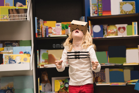 Girl pretending to use virtual reality headsetの写真素材 [FYI02240878]