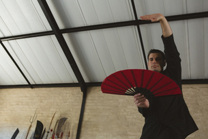 Man practicing with kung fu fanの写真素材 [FYI02240934]