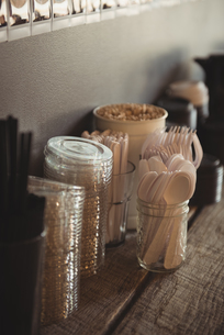 Various cutlery and disposable glasses on tableの写真素材 [FYI02240946]