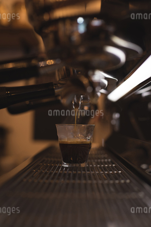 Coffee being poured in glassの写真素材 [FYI02241026]