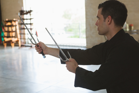 Kung fu fighter practicing with swordの写真素材 [FYI02241097]
