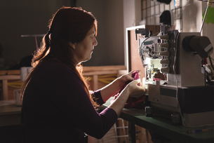 Tailor sewing cloth with sewing machineの写真素材 [FYI02241102]