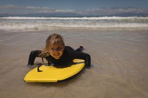 Happy girl surfing at beachの写真素材 [FYI02241122]