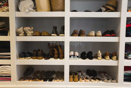 Shoes kept on selvesの写真素材 [FYI02241154]