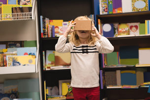 Girl pretending to use virtual reality headsetの写真素材 [FYI02241201]