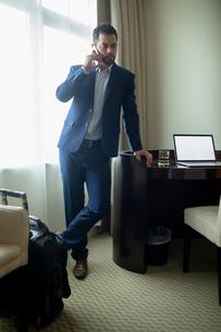 Businessman talking on mobile phoneの写真素材 [FYI02241202]