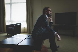 Businessman talking on mobile phoneの写真素材 [FYI02241221]
