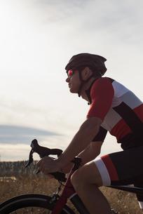 Biker riding mountain bike on roadの写真素材 [FYI02241228]