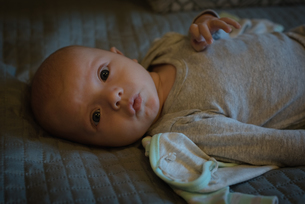Cute baby lying on bedの写真素材 [FYI02241243]