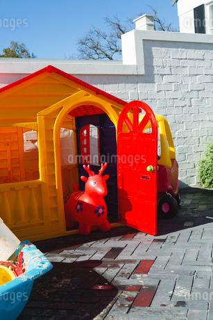 Toy house on a sunny dayの写真素材 [FYI02241249]