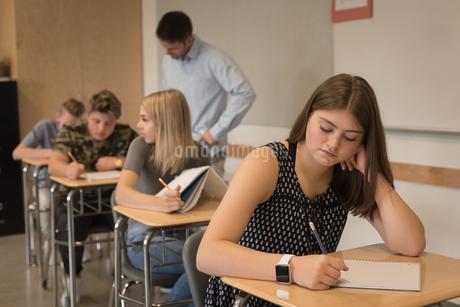 Thoughtful teenage girl sitting in classroomの写真素材 [FYI02241267]