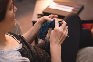Woman knitting wool at tailor shopの写真素材 [FYI02241316]