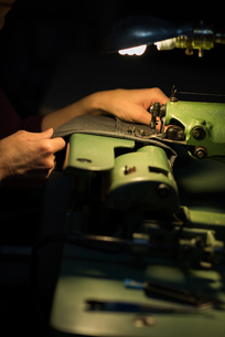 Tailor sewing cloth with sewing machineの写真素材 [FYI02241368]