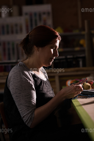 Woman knitting wool at tailor shopの写真素材 [FYI02241369]