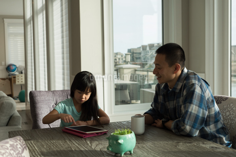 Girl using digital tablet with her fatherの写真素材 [FYI02241377]
