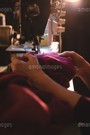 Tailor sewing cloth with sewing machineの写真素材 [FYI02241383]