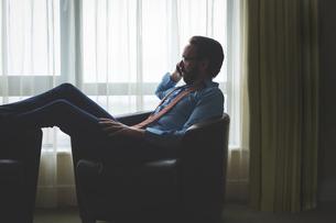 Businessman using mobile phoneの写真素材 [FYI02241428]