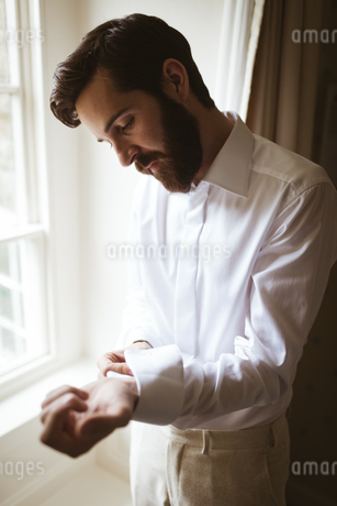 Groom getting dressed at homeの写真素材 [FYI02241441]