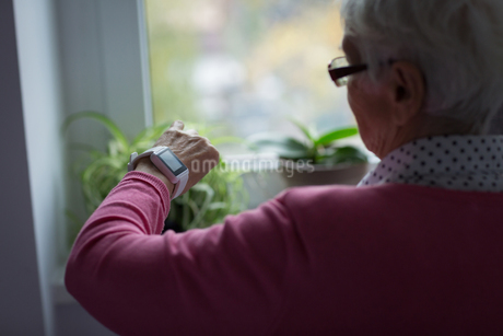 Senior woman checking time on her watchの写真素材 [FYI02241523]