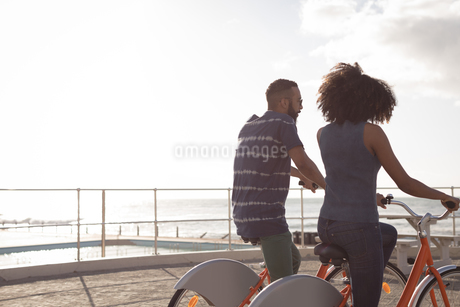 Couple enjoying a cycle ride near beachの写真素材 [FYI02241524]
