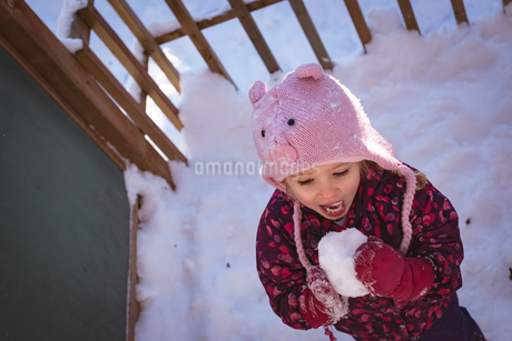 Cute girl licking snow during winterの写真素材 [FYI02241526]