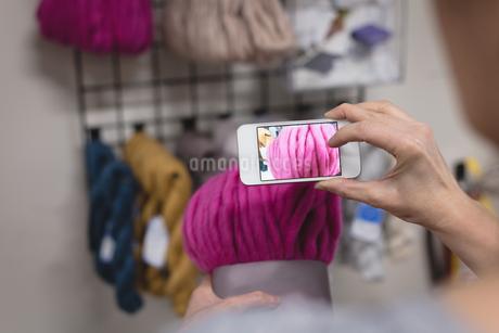Woman taking photo of yarn with mobile phoneの写真素材 [FYI02241580]