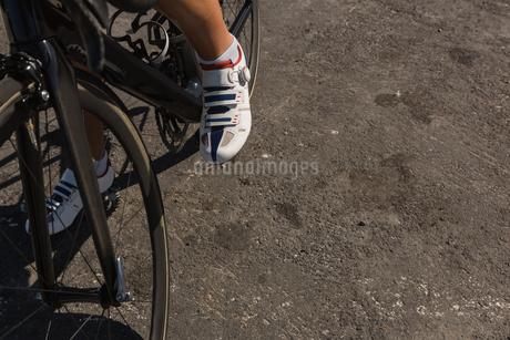 Female biker taking a break on roadの写真素材 [FYI02241598]