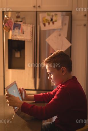 Boy using digital tabletの写真素材 [FYI02241609]