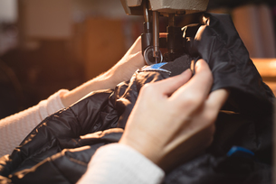 Tailor sewing jacket with sewing machineの写真素材 [FYI02241664]