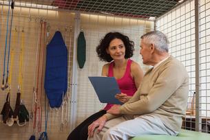Female therapist discussing with senior manの写真素材 [FYI02241677]