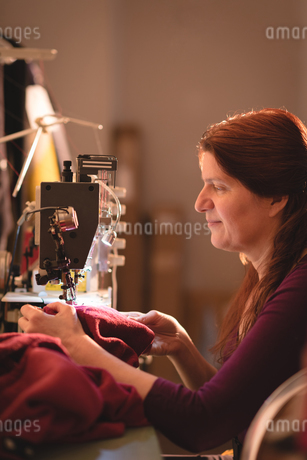Tailor sewing cloth with sewing machineの写真素材 [FYI02241723]