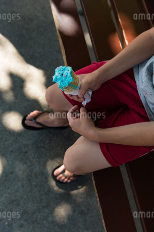 Low section of boy having ice creamの写真素材 [FYI02241787]