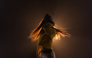 Young woman dancing in the studioの写真素材 [FYI02241796]