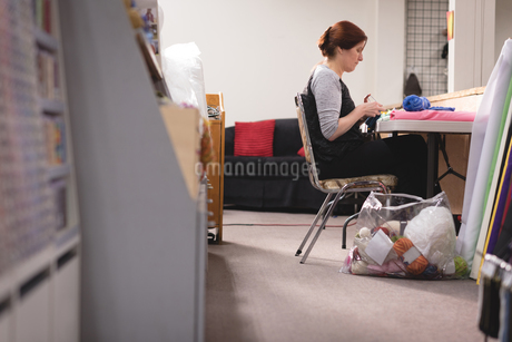 Woman knitting wool at tailor shopの写真素材 [FYI02241815]