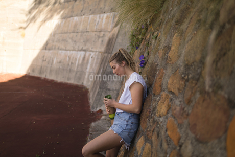 Woman drinking water in the tennis courtの写真素材 [FYI02241947]
