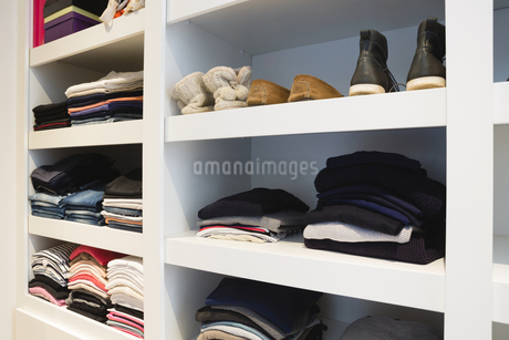 Clothes and shoes kept in shelvesの写真素材 [FYI02241973]