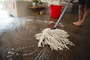 Boy washing the floor with mop at homeの写真素材 [FYI02241981]