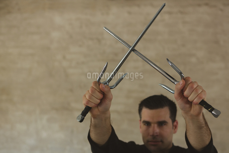 Kung fu fighter practicing with swordの写真素材 [FYI02242004]
