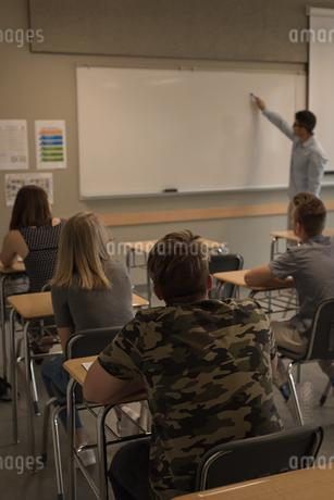 Teacher teaching students on whiteboardの写真素材 [FYI02242025]